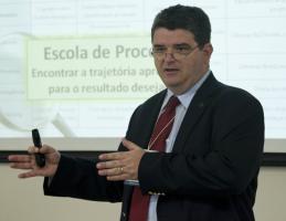 Alvaro Camargo palestrando no Hospital Albert Einstein